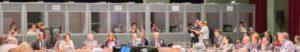 Simultaanvertaling op een evenement - met tolkencabines op de achtergrond