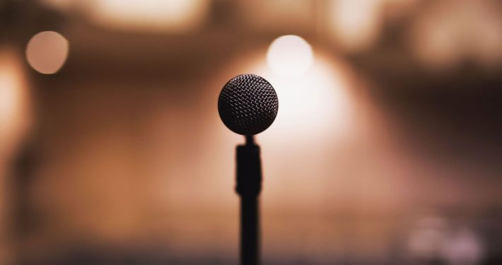 Improve the performance of your speaker: picture of microphone on stage