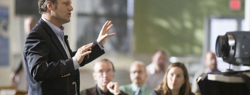 Orateur soutenu par une interprétation simultanée.